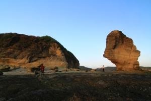 Pantai Batu Payung dengan icon batu besar berbentuk payung