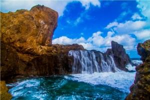 Pantai Nambung dengan efek air laut yang menabrak dinding karang, diperlukan kehatti-hatian.