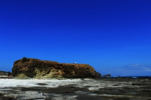 Pantai Tanjung Aan hamparan pasir bersambung hamparan bebatuan datar