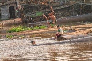anak-anak di pinggiran sungai banjarmasin